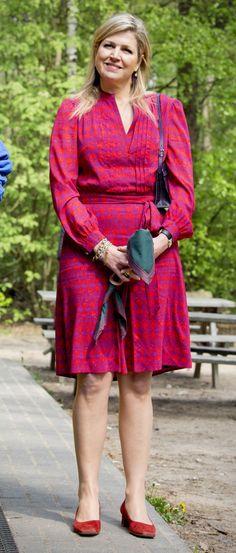 Una vez más, Máxima, una REINA FASHION, cuidó su look para la visita real al bosqueHes Madera, en el pueblo holandés de Gelderland Lunteren, donde apareció extremadamente sencilla de indumentaria y complementos, pero regia aunque contenida en joyas.