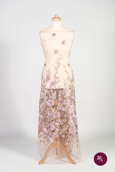 Dantelă cu flori roz-lila pe bază din tulle elastic roz pudră. Dantelă cu design floral realizat din fire lucioase în nuanțe de roz, lila, bej și crem. Modelul dantelei este alcătuit din flori și frunze de diferite dimensiuni concentrate pe una dintre laturile materialului. Dantela poate fi utilizată pentru confecționarea rochiilor de ocazie și a altor articole vestimentare. Formal Dresses, Fashion, Embroidery, Dresses For Formal, Moda, Formal Gowns, Fashion Styles, Formal Dress, Gowns