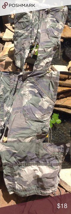 Hollister camo capris S Cotton, drawstring waist, zip & button front, front, side & back pockets, drawstring @hemline Hollister Pants Capris