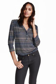 Jerseyshirt: Weites Shirt aus zartem, weichem Jersey. Modell mit V-Ausschnitt, kurzer Knopfleiste und 3/4-langen Puffärmeln. Schulterpasse und abgerundeter Saum mit kurzen Seitenschlitzen.