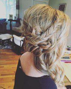 20 Best Side Swept Hairstyles For Indian Women You Can't Resist Side Swept Hairstyles, Indian Hairstyles, Wedding Hairstyles, Side Chignon, Messy Updo, Medium Hair Styles, Long Hair Styles, Loose Curls, Hair Videos