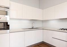 Cucina lunga e stretta con piccolo angolo pranzo | Kitchen design ...