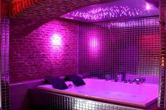 espace spa équipé d'un sauna, jacuzzi et douche tropicale