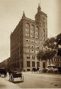 A picture of the New York Life Insurance Building in Montreal, taken between 1895 and 1905 Old Montreal, Montreal Canada, Old Pictures, Old Photos, Vintage Photos, Scale Model Architecture, New York Life, Old Port, 10 Picture