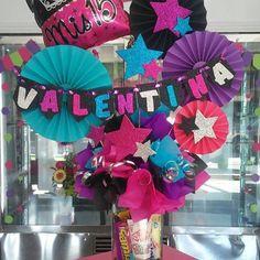 Creaciones D'encantos C.A. 🌺 (@dencantos) | Instagram photos and videos Candy Gift Baskets, Candy Gifts, Candy Bouquet, Balloon Bouquet, Valentines Surprise, Valentine Gifts, Creative Gift Wrapping, Creative Gifts, Diy Birthday Box