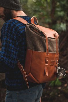 Mochila masculina com suéter. - ladies bag collection, leather bag brands, hand bag for l. Fashion Mode, Fashion Bags, Mens Fashion, My Bags, Purses And Bags, Leather Projects, Canvas Leather, Stylish Men, Men Casual