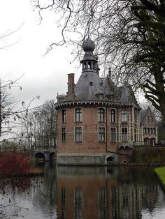 Ooidonk Castle in Deinze, Belgium (by rei_urusei).