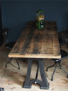 Table industrielle ancienne pietement en fonte dessus bois deco loft meuble industriel vintage for Grande table industrielle