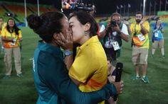 Chiede di sposarla in campo: a Rio la prima proposta di matrimonio LGBT Ecco una bella storia tutta brasiliana. In piene Olimpiadi, mentre c'è chi ancora parla delle tre cicciottelle, arrivano loro: la giocatrice di rugby Selecao Isadora Cerullo, metawoman del Brasile e  #matrimoniogay #lgbt #rio2016 #baciogay