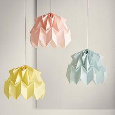 Décoration de la chambre d'enfant ou de bébé : suspension en papier origami poétique couleur rose pastel, bleu ciel ou jaune pastel, intérieur blanc, 30x30 cm, fermeture par système d'aimant, s'articule autour de 2 cerceaux en métal blanc