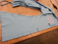 DIY T-shirt design: Lace up sides - No sew Diy Lace Up Shirt, Shirt Dress Diy, Laced Up Shirt, Shirt Refashion, T Shirt Diy, T Shirt Weaving, Diy Cut Shirts, Diy Clothes, Diy Fashion