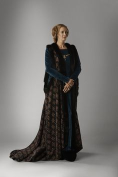 """Janet McTeer as Jacquetta Woodville in """"The White Queen"""" (TV Series, Series costume design by Nic Ede. The White Princess, White Queen, Medieval Costume, Medieval Dress, Medieval Fantasy, Medieval Fashion, Medieval Clothing, Tudor Fashion, Theatre Costumes"""