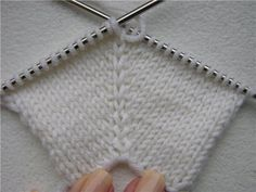 Scalloped Knitting Edge Stitch - How Did You Make This?This 2 row knitting pattern makes a very impressive scalloped knitting edge, post includes pattern and photo tutorial. Knitting Socks, Knitting Stitches, Baby Knitting, Knitting Videos, Diy Crafts Knitting, Diy Crafts Crochet, Knitting Projects, Diy Crochet For Beginners, Knitting For Beginners