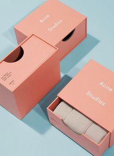 Packaging para ropa interior de Acné Studios diseñado por Daniel Carlsten, y Christopher Williams.