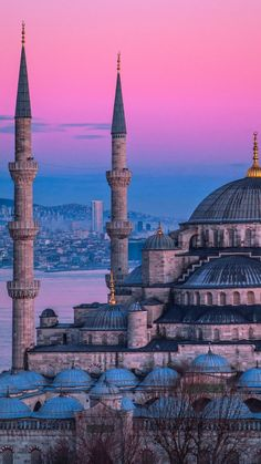 From historic sites to beautiful lakes to ski resorts Istanbul has every mood covered. Here is the list of best day trips from Istanbul. Blue Mosque Istanbul, Istanbul City, Istanbul Travel, Taj Mahal, Beautiful Mosques, Beautiful Places, Day Trips From Istanbul, Beste Reisezeit Thailand, Mosque Architecture