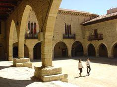 Plaza porticada en Cantavieja (Teruel)