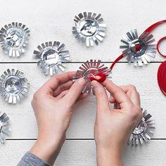 Sväng ihop en egen julgirlang till granen, julbordet eller fönsterbläcket. Med stadig sax och fint band får gamla värmeljus nytt liv. Återvinning när den är som bäst.