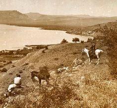 Los dos jinetes se encuentran en las ruinas de Betsaida, junto al Mar de Galilea, donde predicó Jesucristo. Al fondo, aproximadamente en la mitad de la foto, se ve una planicie: es el Monte de las Bienaventuranzas