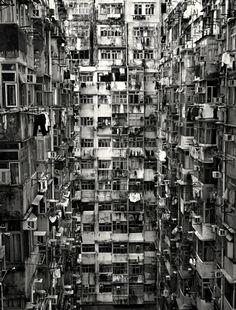 Aussi connue sous le nom de Citadelle de Kowloon, Kowloon Walled City était située à Hong-Kong et était le quartier le plus densément peuplé du monde avec plus de 50 000 habitants sur 0.026km², soit 1 923 076 habitants au km². Elle avait été fondée par les Chinois et était peuplé de 700 habitants quand …