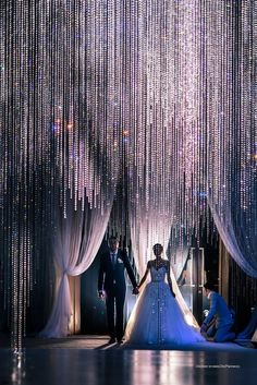 Make it rain! How many strands of cascading crystals do you think this entrance by Chic Plannertook!? Unreal! xoxo