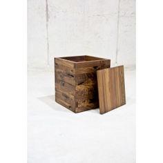 Der flexibel einsetzbare Massivholzhocker - erhältlich in vielen exklusiven Holzarten - bietet mit seiner kompakten Form die perfekte Projektionsfläche für den individuellen Charm unterschiedlichster Holzarten und zusätzlich reichlich Platz zum Verstauen. Der handgemachte Hocker, bestehend aus einem gezinkten Korpus   Deckel und zeichnet sich durch eine sehr robuste Bauweise, zeitlosem Design und eine umweltfreundliche Produktion aus.Zu berücksichtigen ist, dass die Hocker in Handarbeit…