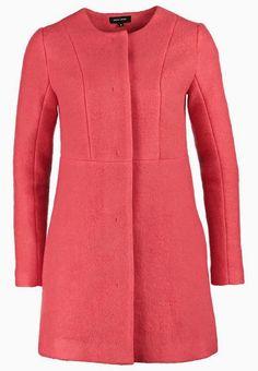 El abrigo rojo de Luján Arguelles en QQCCMH4