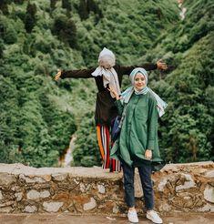 AYBÜKENUR DEMİRCİ ve ŞÜHEDA TÜRKOĞLU Modern Hijab Fashion, Street Hijab Fashion, Muslim Fashion, Abaya Fashion, Fashion Outfits, Hijabi Girl, Girl Hijab, Hijab Outfit, Hijab Style