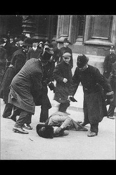 Esta es una foto de Susan B. Anthony en 1872 siendo golpeada y arrestada por tratar de votar cuando era ilegal que las mujeres lo hicieran