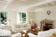 Un salon avec poutres blanches Photographe : DR Dans ce salon, les poutres ajoutent une touche de charme. Atmosphère cosy au coin de la cheminée garantie...