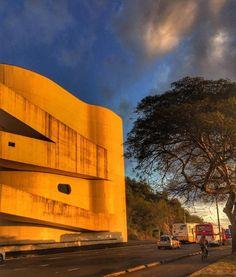 A Fundação Iberê Camargo em Porto Alegre é um projeto do arquiteto Álvaro Siza Vieira. O projeto foi a primeira obra do português Siza Vieira na América do Sul e levou o arquiteto a vencer o Prêmio de Leão de Ouro na Bienal de Arquitetura de Veneza. A Fundação tem uma área total de 8.250m e fica às margens do Guaíba e foi a primeira obra no Brasil a utilizar concreto branco aparente armado em toda a sua extensão. A construção não utiliza tijolos ou elementos de vedação. Além do impacto…