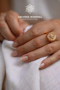 Vous allez adorer porter cette bague en quartz rose au quotidien car elle vous aidera à soutenir vos affirmations positives. Cette belle pierre favorise la guérison intérieure et l'amour de soi. Affirmations Positives, Quartz Rose, Rings, Jewelry, Bee, Love, Jewlery, Jewerly, Ring