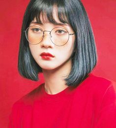source : twit _  collection image photographie portrait couleur de jeune fille asiatique japonaise, palette rouge (sweat shirt, lunettes de soleil et rouge à lèvre) / (collection image photography portrait Asian girl color, red palette (sweat shirt, sunlasses and lipstick)