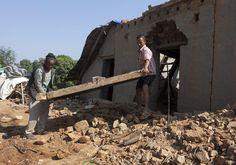 La communauté locale et les volontaires s'affairent à déblayer les débris des maisons, à Bhaktapur, au Nepal.Photo: epa/Hemanta Shrestha