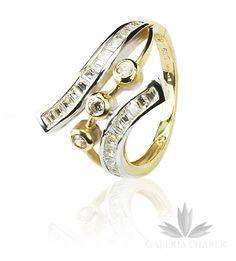 Ciekawy pierścionek wykonany ze złota próby 585. Wysadzany Cyrkoniami w kolorze białym. Nowoczesny wzór. Rozmiar 14, szerokość całęgo wzrou to około 1,5 cm.