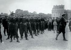 Les fusiliers marins s'exercent dans les rues de Paris le 18 août 1914. Roger-Viollet.