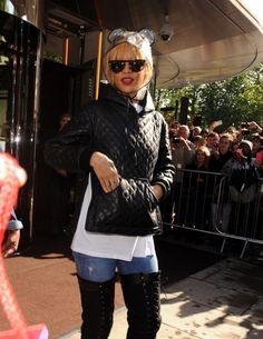 Rihanna - Rihanna Steps Out in the Rain