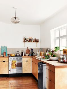 The fresh light-filled home of food stylist / writer Anna Jones. Photography: Idha Lindhag. Stylist: Linda Berlin.