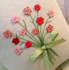 Button flowers on cards Embroidery Stitches, Embroidery Patterns, Hand Embroidery, Sewing Crafts, Sewing Projects, Fabric Cards, Button Cards, Button Button, Diy Buttons