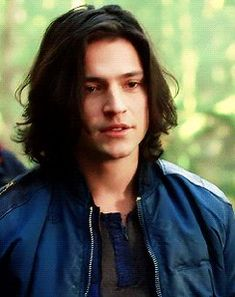 """ is basically just a Finn's face appreciation post "" Thomas Mcdonell, The 100 Show, The 100 Cast, Dark Angel Names, Chiseled Jawline, Le Rosey, 100 Memes, Robert Pattinson Twilight, Male Man"