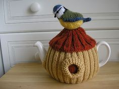 A tea cozy that is a work of art - perfect for a bird-loving friend. - for jules Tea Cosy Knitting Pattern, Tea Cosy Pattern, Knitting Patterns Free, Hand Knitting, Crochet Geek, Knit Crochet, Knitting Projects, Crochet Projects, Grannies Crochet