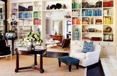 Стеллажи во всю стену, встроенные шкафы, простенки, необычные полки – мы расскажем, как и где удобнее всего хранить любимые тома