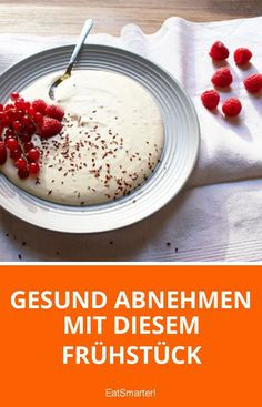 "Mit diesem Frühstück nimmst du gesund ab With the ""Doc Fleck & Breakfast"" you take off in a healthy way. The insider tip of nutrition expert Dr. Anne Flecks is skim curd with high quality linseed oil. Raw Food Recipes, Low Carb Recipes, Sweet Recipes, Superfood, Pancake Healthy, Low Carb Smoothies, Health Breakfast, Breakfast Healthy, I Foods"
