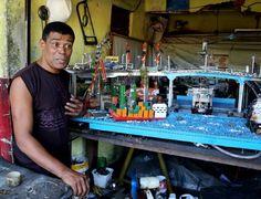 Com lixo reciclado, artesão constrói Rio em miniatura em garagem de favela