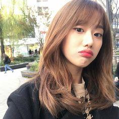 April Kpop, Yellow Carnations, Korean Makeup, Girl Bands, Girl Poses, Ulzzang Girl, Aesthetic Girl, Pretty People, Kpop Girls