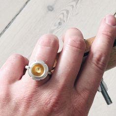 Blomsterring på hånd... 🌸 Eller thekopring på hånd ☕️ #bådeog #2ien #thekopring #teacupring #blomsterring #flowerring #gold #guld #silver #sølv #diamond #diamant #smykker #jewelry #jewellery #guldsmed #jeweller #goldsmith #handcrafted #handmade #danishdesign #guldsmedlouisedegn