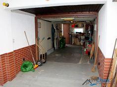 Die Garage bietet Platz für ein Kraftfahrzeug und diverse Gerätschaften.