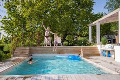 Having a pool sounds awesome especially if you are working with the best backyard pool landscaping ideas there is. How you design a proper backyard with a pool matters. Backyard Pool Landscaping, Garden Pool, Above Ground Pool Decks, In Ground Pools, Kidney Shaped Pool, Pool Landscape Design, Mini Pool, Cool Pools, Pool Designs