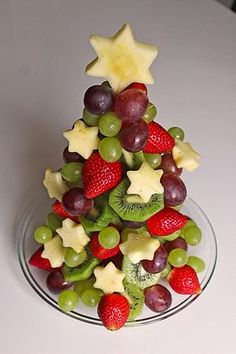 Obst-Weihnachtsbaum Fruit Christmas tree, a good recipe from the category fruit. Fruit Christmas Tree, Christmas Party Food, Xmas Food, Christmas Appetizers, Christmas Desserts, Christmas Buffet, Christmas Foods, Merry Christmas, Vegan Christmas