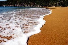 Praias de Ilhabela: Praia do Jabaquara - Cartão-postal da ilha, a preservada praia do Jabaquara é ponto de parada de escunas. A 17 km da vila, é a última praia do norte aonde se chega de carro (6 km de terra). Tranquila, está entre as praias mais bonitas de Ilhabela. A maioria dos passeios de escuna faz uma parada no Jabaquara para almoço.