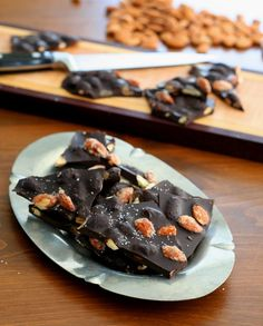 Low Carb Dark Chocolate Sea Salt Almond Bark | http://alldayidreamaboutfood.com | #chocolate #sweet #almond
